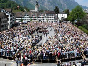 Abstimmung einer Schweizer Landsgemeinde. © Adrian Sulc, CC BY-SA 3.0