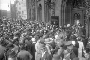 Im Kampf um Spareinlagen! Massenandrang der Sparer vor der städtischen Sparkasse in Berlin. 13. Juli 1931