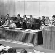 Plenarsitzung des Bundesrates (anwesend die Bundesminister: [Prof. Dr. Karl] Schiller, [Hans-Dietrich] Genscher, [Hans] Leussink, [Käthe] Strobel, [Gerhard] Jahn)
